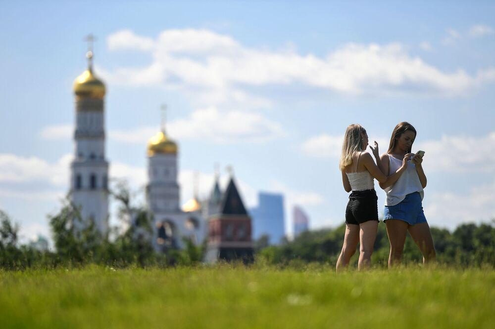 Dziewczyny w parku, Moskwa