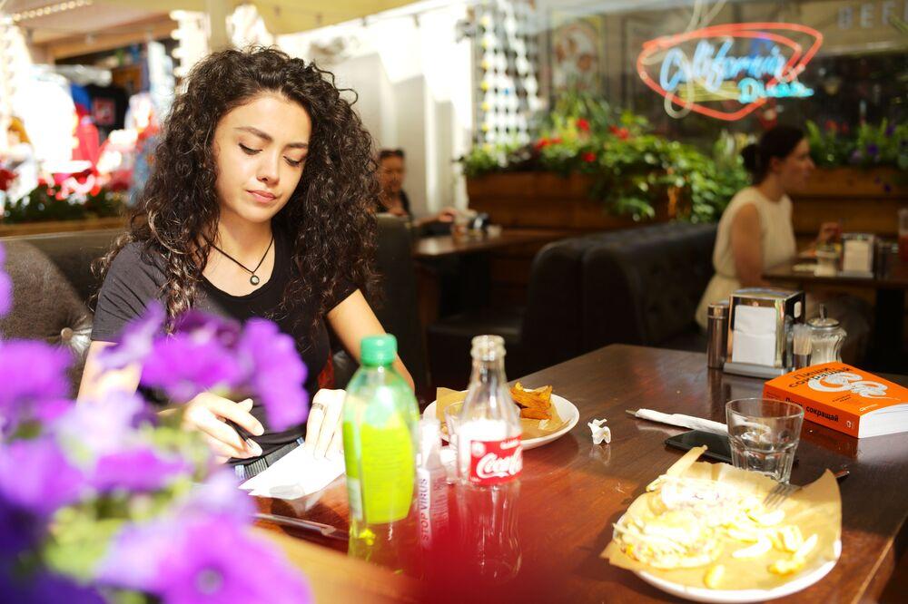 Dziewczyna w kawiarni na Starym Arbacie w Moskwie