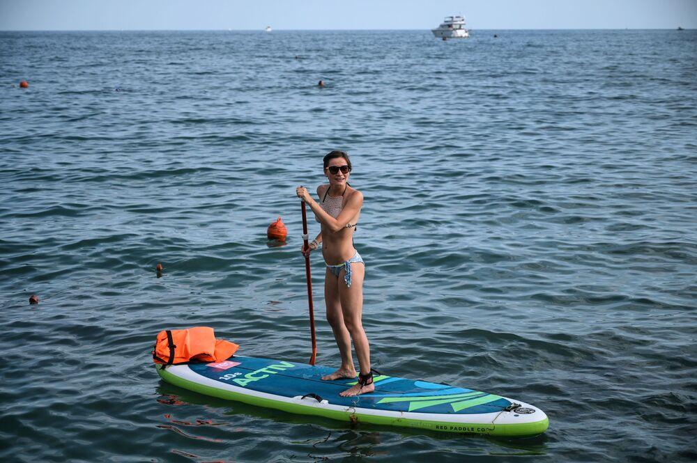 Dziewczyna uprawia stand up paddle w Soczi