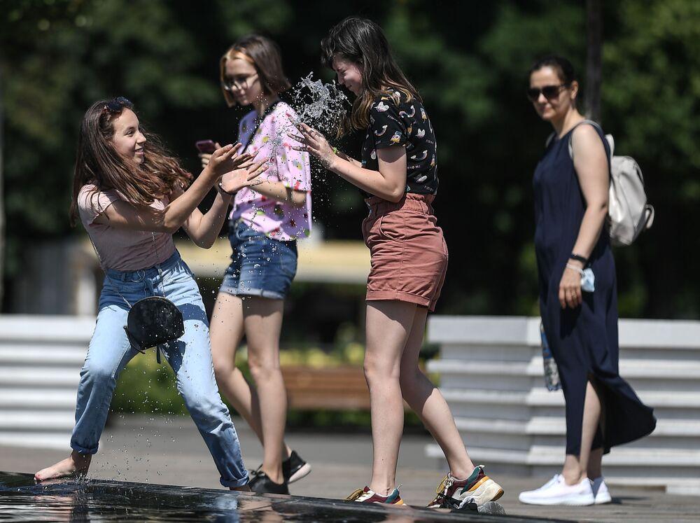 Dziewczyny w parku Gorkiego w Moskwie