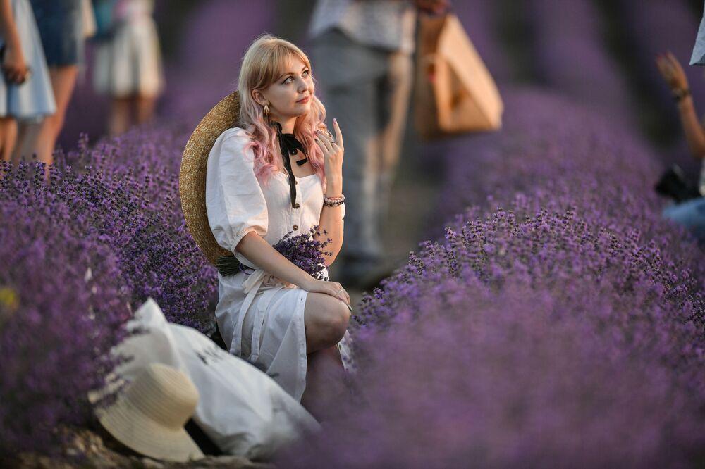 Dziewczyna pozuje do zdjęcia na lawendowym polu, Krym