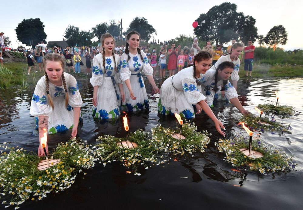 Dziewczyny podczas słowiańskiego święta Noc Kupały w białoruskim Turowie