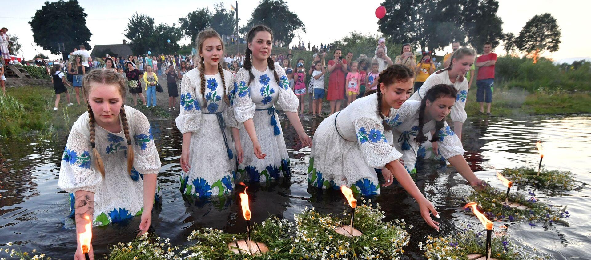 Dziewczyny podczas słowiańskiego święta Noc Kupały w białoruskim Turowie - Sputnik Polska, 1920, 12.02.2021