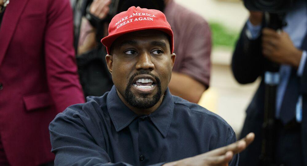 Raper Kanye West w czapce z daszkiem z napisem Uczynimy Amerykę znowu wielką na spotkaniu z Donaldem Trumpem w 2018 roku