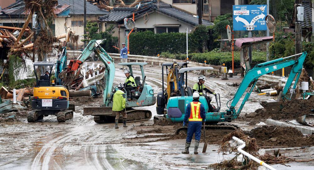 Ratownicy podczas pracy w zalanym obszarze, Kumamoto