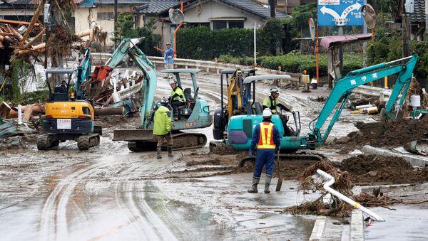 Ratownicy podczas pracy w zalanym obszarze, Kumamoto - Sputnik Polska