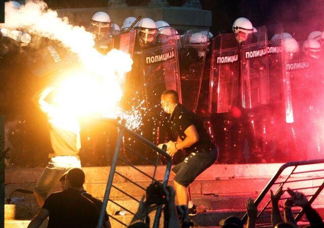 Protestanci i policja w Belgradzie po wprowadzeniu godziny policyjnej