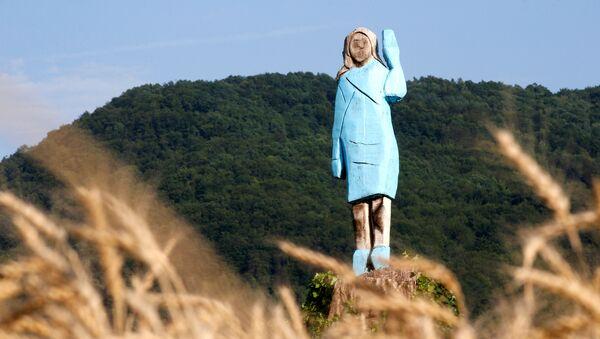Drewniana statua Melanii Trump w pobliżu jej rodzinnego miasta Sevnica w Słowenii - Sputnik Polska