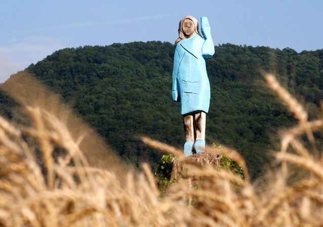 Drewniana statua Melanii Trump w pobliżu jej rodzinnego miasta Sevnica w Słowenii