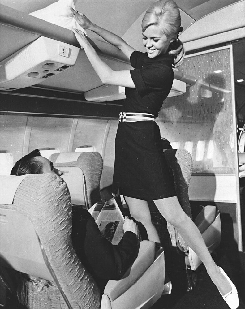 Stewardessa American Airlines podczas prezentacji nowego munduru, 1967 rok
