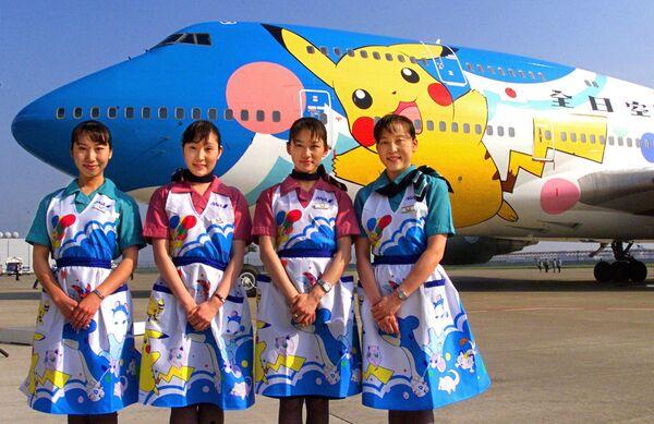Stewardessy japońskiej linii lotniczej All Nippon Airways naprzeciw samolotu Pokemon (Pocket Monsters), 1999 rok - Sputnik Polska