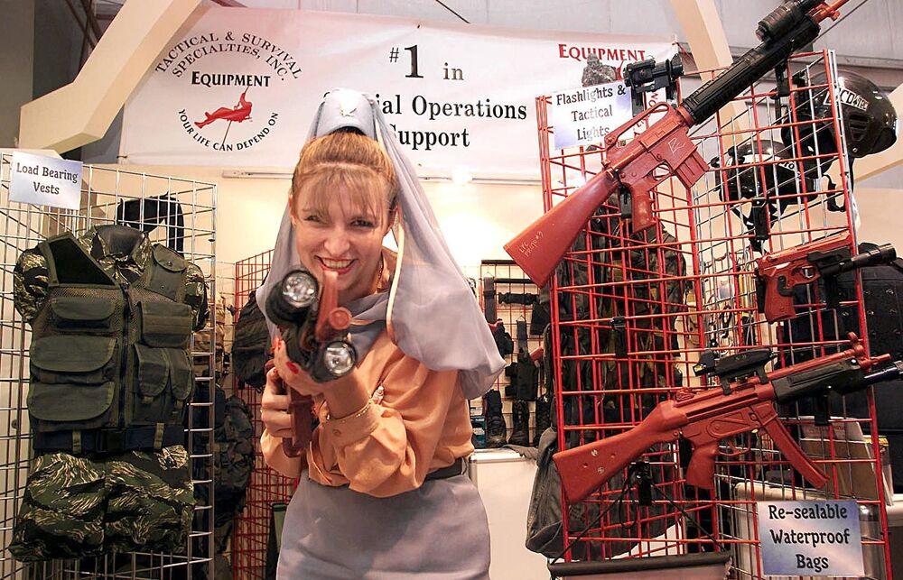 Stewardessa na Międzynarodowej Wystawie IDEX w Zjednoczonych Emiratach Arabskich, 1999 rok