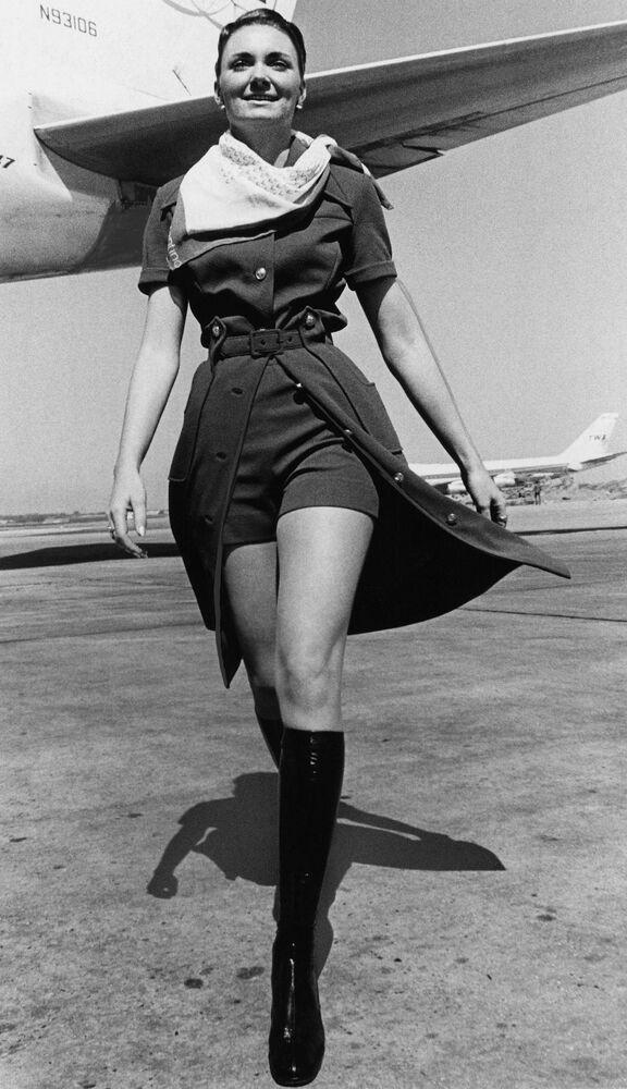 Stewardessa TWA w nowym mundurze z mini szortami w Nowym Jorku, 1971 rok