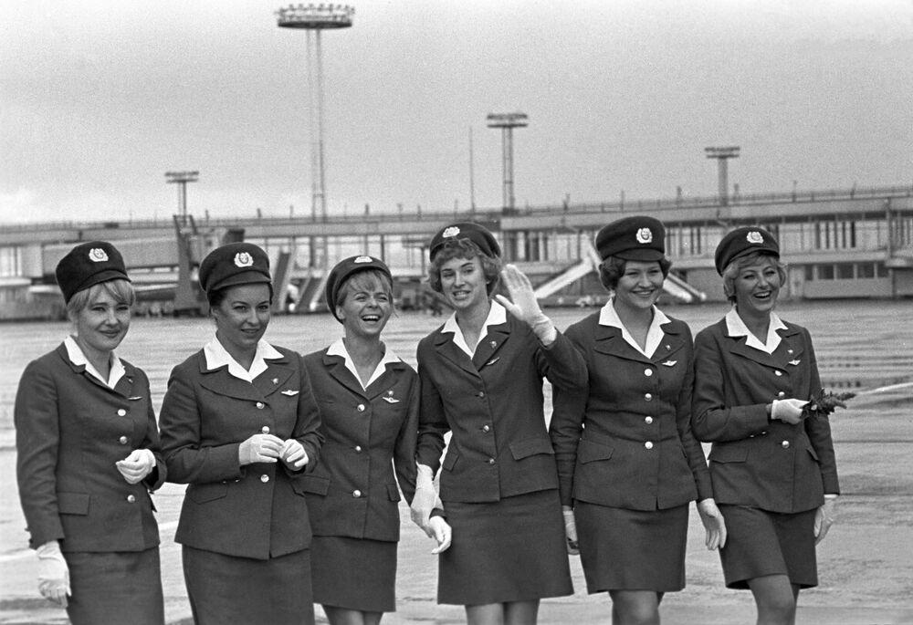 Stewardessy na moskiewskim lotnisku Domodiedowo