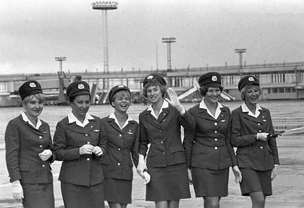 Stewardessy na moskiewskim lotnisku Domodiedowo - Sputnik Polska