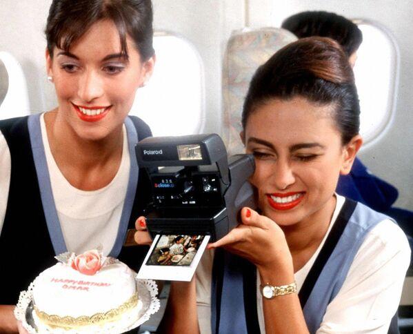 Stewardessy United Arab Emirates Airlines podczas obchodów urodzin dziecka na pokładzie samolotu, 1997 rok - Sputnik Polska