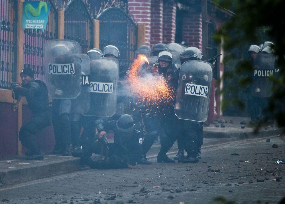 Oddział policji podczas starcia zbrojnego z mieszkańcami miasta El-Limon w Nikaragua