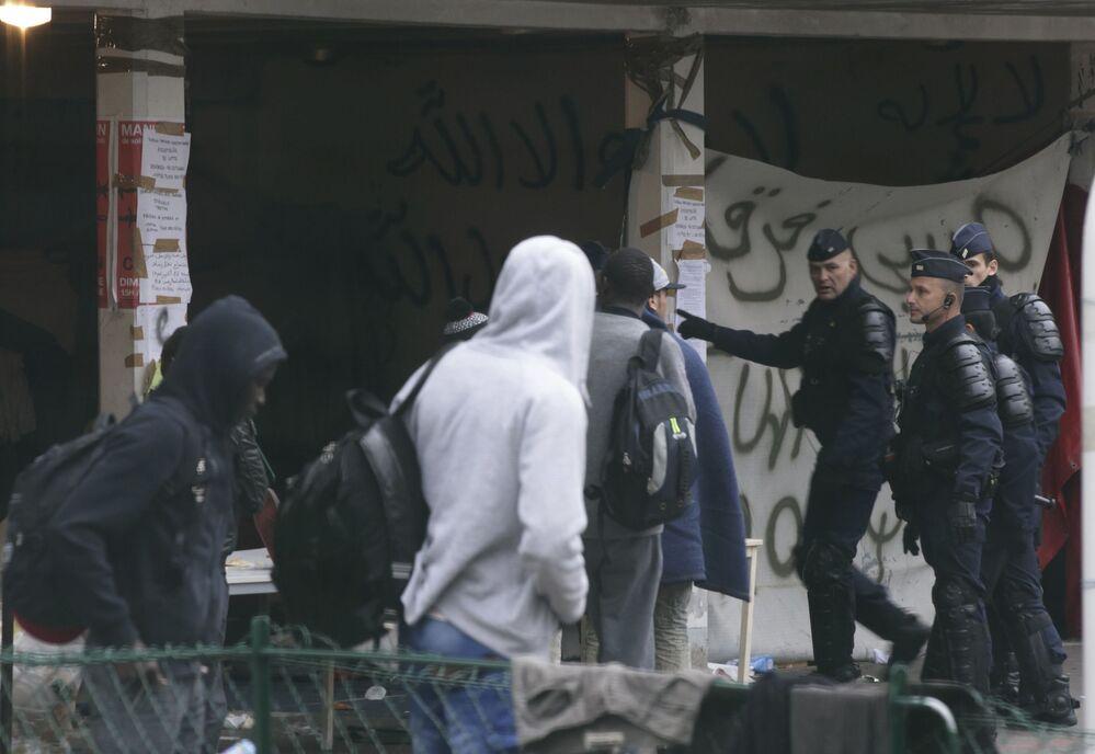 Ewakuacja migrantów z budynku liceum imienia Jean Quarre w Paryżu