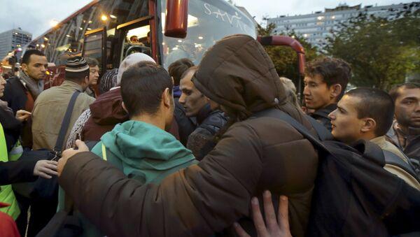 Ewakuacja migrantów z budynku liceum imienia Jean Quarre w Paryżu - Sputnik Polska