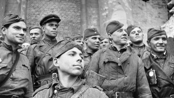 Żołnierze, którzy szturmowali Reichstag w Berlinie - Sputnik Polska