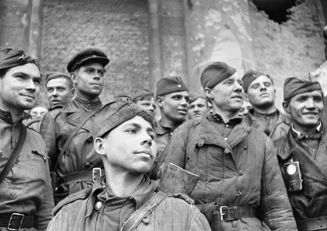 Żołnierze, którzy szturmowali Reichstag w Berlinie