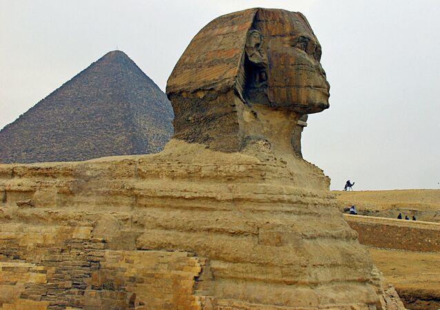Wielki Sfinks i Piramida Cheopsa w Gizie