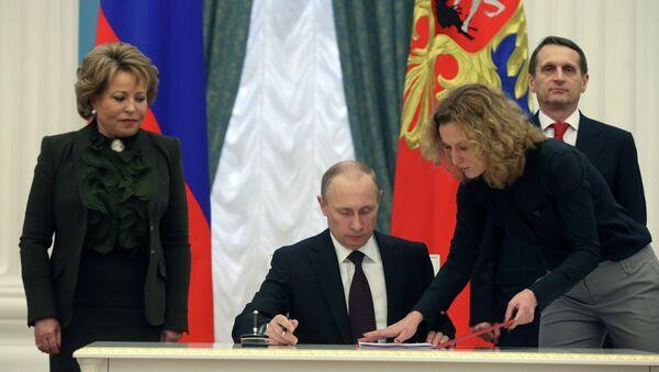 Prezydent Rosji Władimir Putin podpisuje akt przyłączenia Krymu do Rosji, 21 marca 2014 - Sputnik Polska