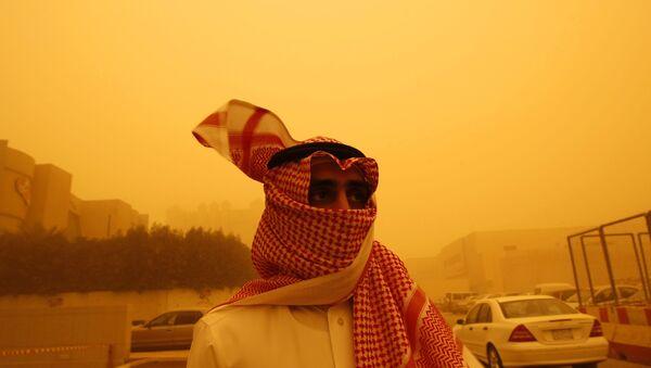 Mieszkaniec Arabii Saudyjskiej podczas burzy piaskowej - Sputnik Polska