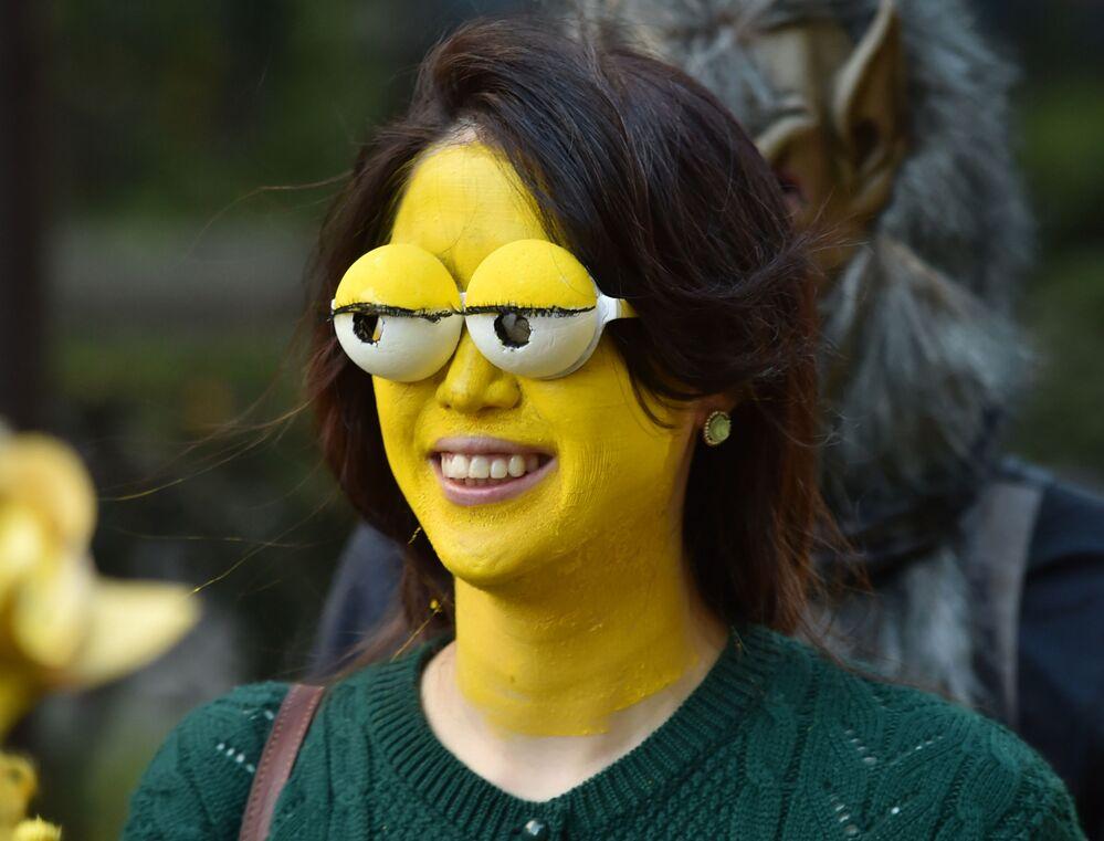 Uczestniczka Halloween w masce Barta Simpsona w Japonii