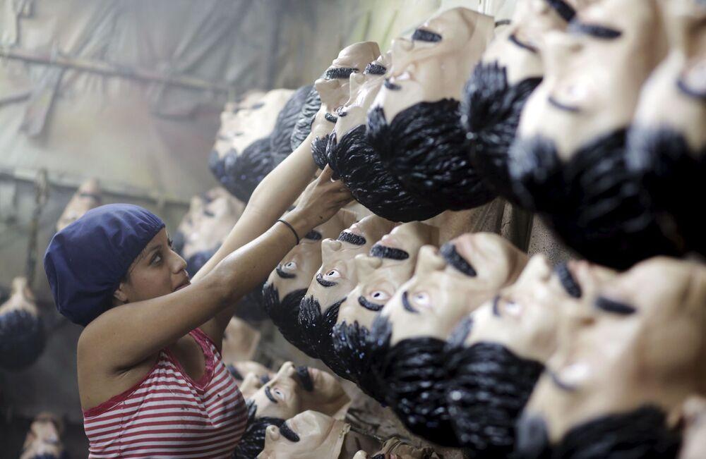 Dziewczyna na fabryce produkcji masek karnawałowych