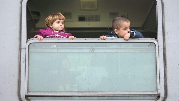 Dzieci w pociągu po przekroczeniu granicy chorwacko-serbskiej - Sputnik Polska