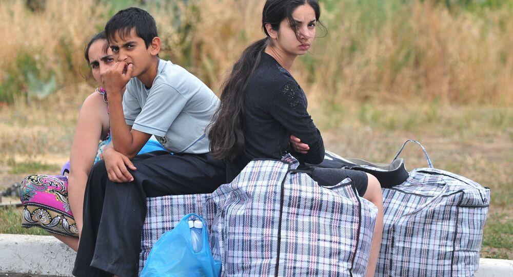 Rodzina z południowo-wschodniej części Ukrainy na punkcie kontrolnym w miejscowości Donieck w obwodzie rostowskim