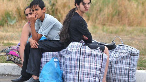 Rodzina z południowo-wschodniej części Ukrainy na punkcie kontrolnym w miejscowości Donieck w obwodzie rostowskim - Sputnik Polska