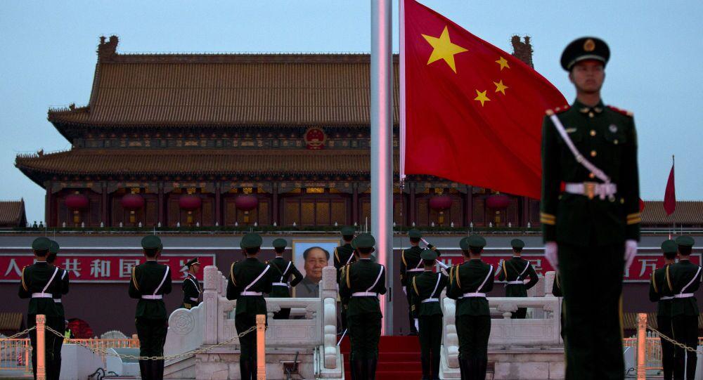 Chiński strażnik na placu Tiananmen w Pekinie