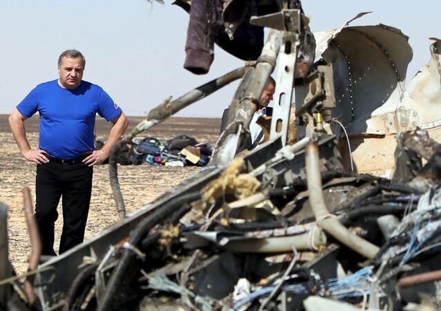 Szef Ministerstwa Spraw Nadzwyczajnych Rosji Władimir Puczkow na miejscu katastrofy rosyjskiego samolotu A321 na Półwyspie Synaj