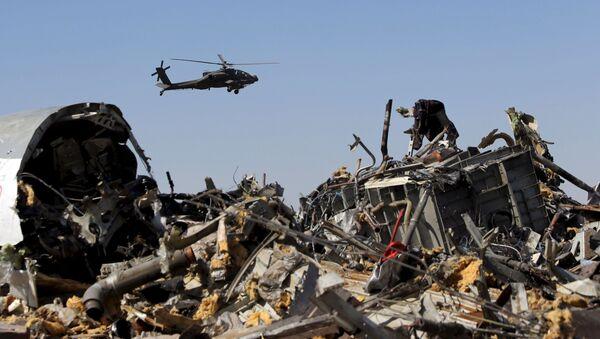 Egipski helikopter nad fragmentami rosyjskiego samolotu A321 - Sputnik Polska