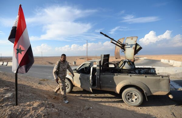 Bojownik ruchu Hezbollah przy drodze z Himsa do Palmiry w Syrii - Sputnik Polska