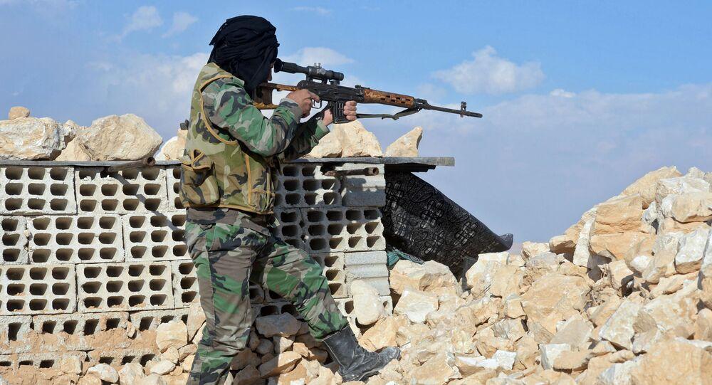 Bojownik ruchu Hezbollah przy drodze z Himsa do Palmiry w Syrii