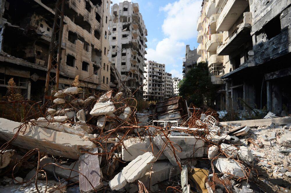 Zniszczone domy w mieście Hims w Syrii