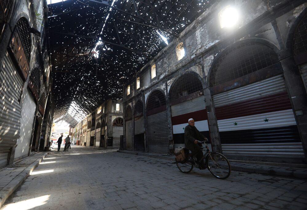 Mieszkańcy na jednej z ulic syryjskiego miasta Hims