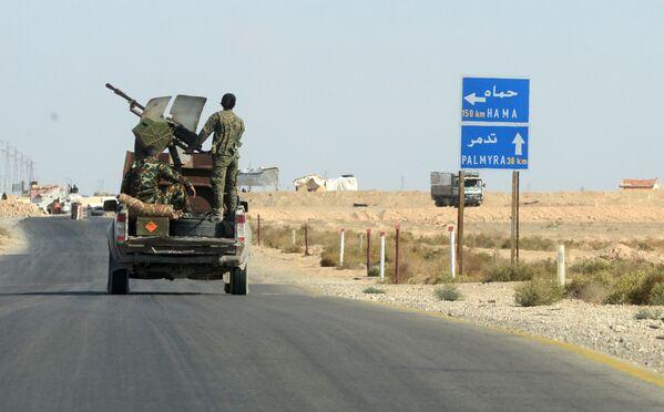 Bojownicy ruchu Hezbollah przy drodze z Himsa do Palmiry w Syrii - Sputnik Polska