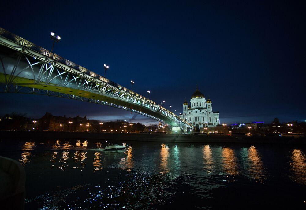 Panorama na Sobór Chrystusa Zbawiciela i Most Patriarszy znad rzeki Moskwy