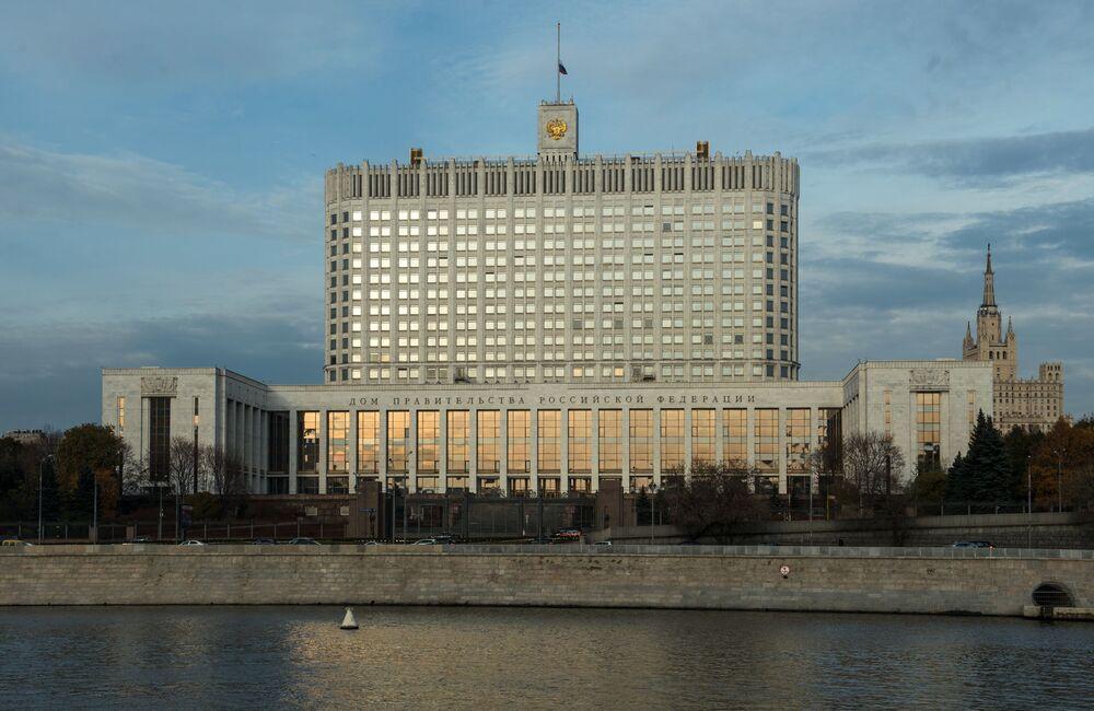 Widok na Rosyjski Biały Dom z bulwaru Tarasa Szewczenki w Moskwie