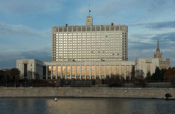 Widok na Rosyjski Biały Dom z bulwaru Tarasa Szewczenki w Moskwie - Sputnik Polska