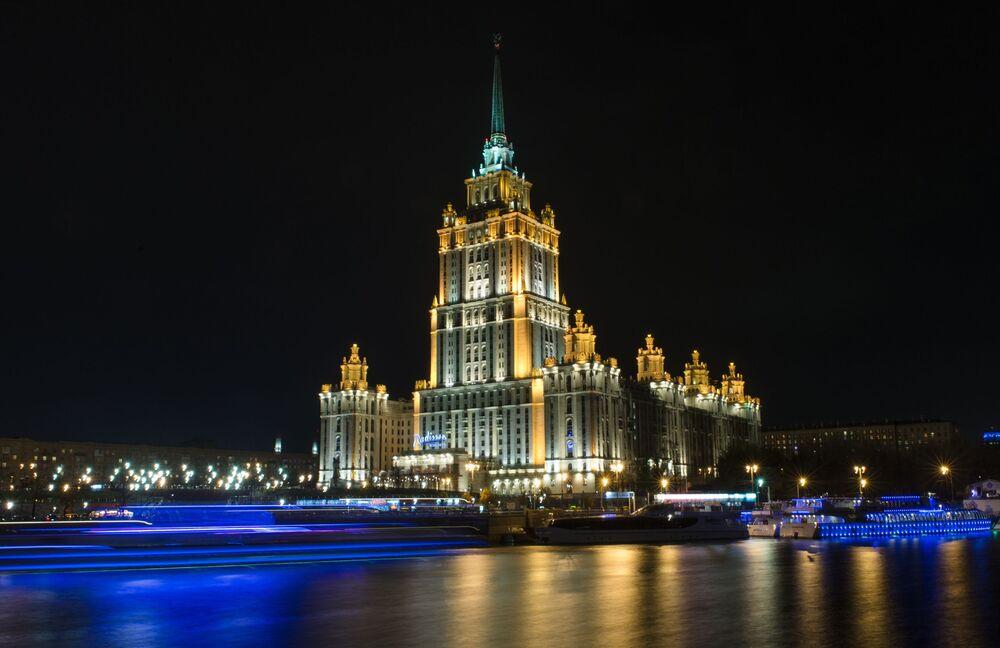 Widok na hotel Radisson Royal Moscow z bulwaru Smoleńskiego