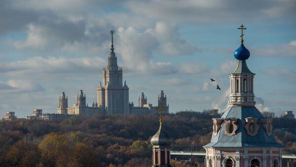 Widok na główny budynek Moskiewskiego Uniwersytetu Państwowego im. Łomonosowa z tarasu widokowego Rosyjskiej Akademii Nauk - Sputnik Polska