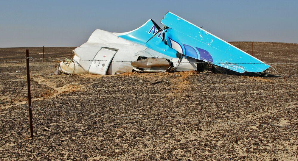 Szczątki samolotu na miejscu katastrofy rosyjskiego samolotu Airbus A321 w Egipcie