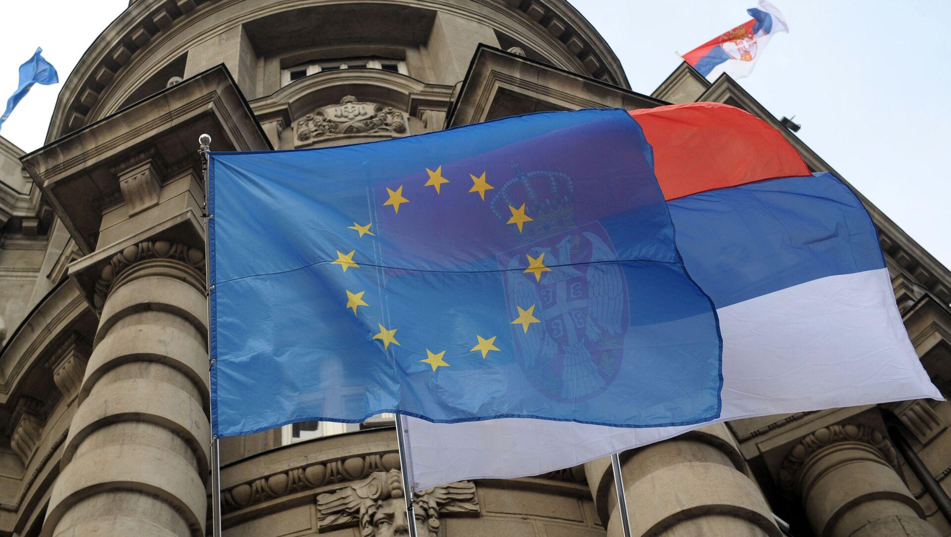 Flagi UE i Serbii na fasadzie budynku rządu w Belgradzie - Sputnik Polska, 1920, 06.06.2021