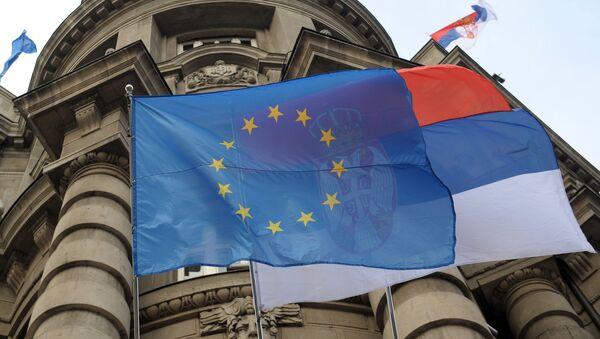 Flagi UE i Serbii na fasadzie budynku rządu w Belgradzie - Sputnik Polska