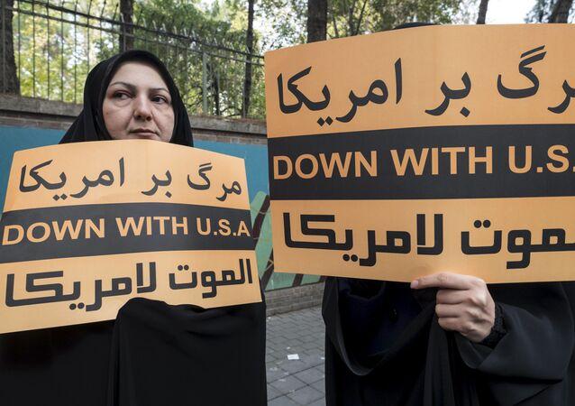 Iranki z antyamerykańskimi hasłami przed budynkiem ambasady USA w Teheranie